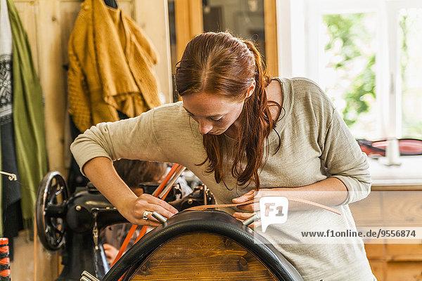Frau klebt Funkkragen mit Sattelständer