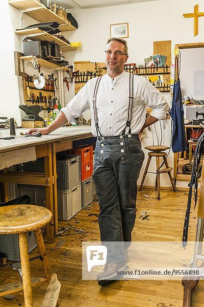 Sattler stehend in seiner Werkstatt