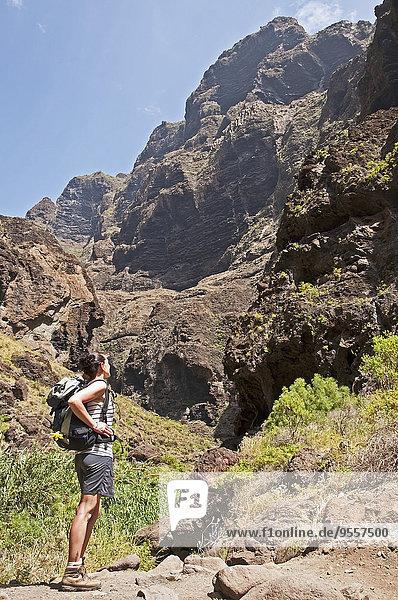 Spanien  Kanarische Inseln  Teneriffa  bei Masca  Masca-Schlucht  Wandererinnen