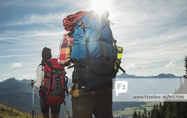 Österreich  Tirol  Tannheimer Tal  junges Paar Wandern in den Bergen