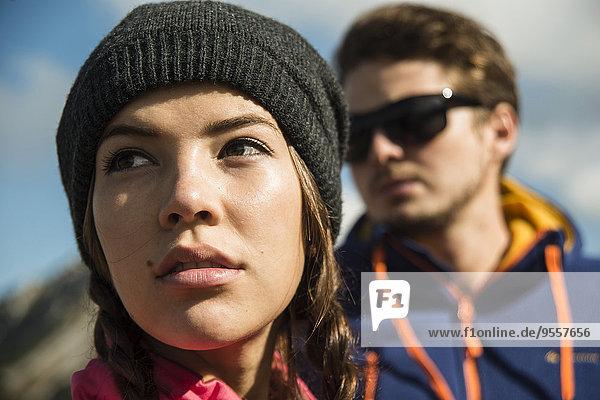 Österreich  Tirol  Tannheimer Tal  junges Paar in den Bergen