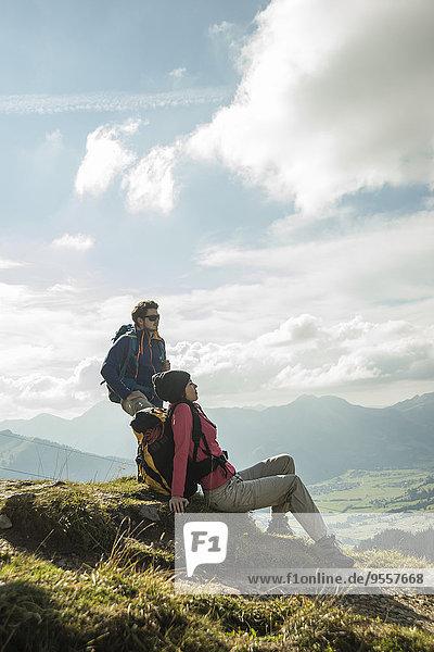 Österreich  Tirol  Tannheimer Tal  junges Pärchen auf Wanderung