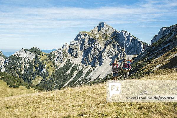 Österreich  Tirol  Tannheimer Tal  junge Wanderer auf der Landkarte