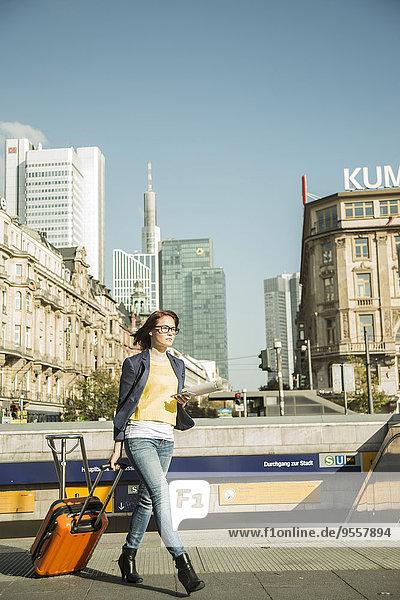 Deutschland  Frankfurt  junge Geschäftsfrau unterwegs in der Innenstadt