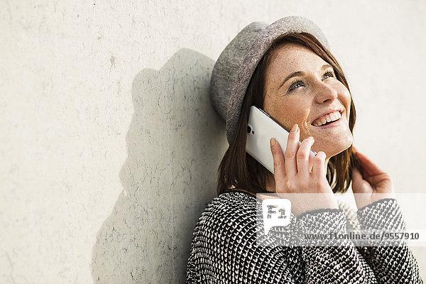 Lächelnde junge Frau am Handy
