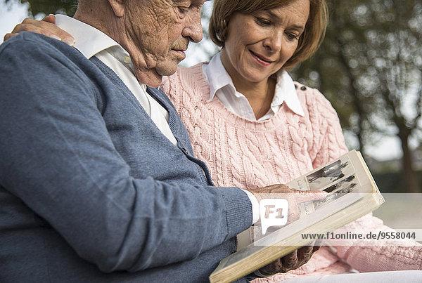 Senior Mann und Tochter beim Betrachten des Fotoalbums