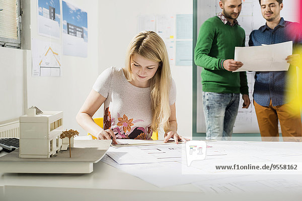 Drei junge Architekten im Büro