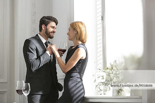 Elegantes Paar mit Rotweingläsern im Restaurant