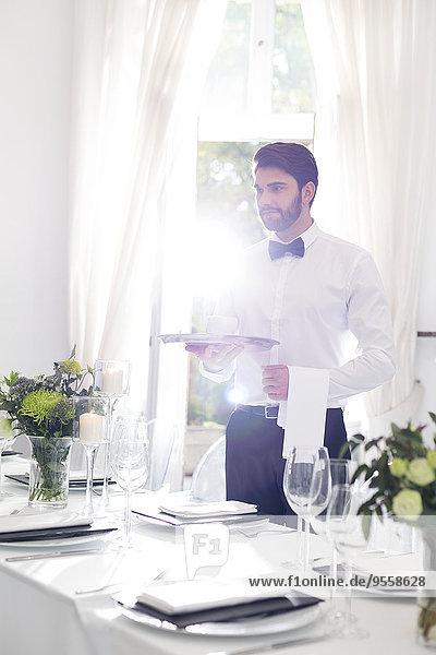 Eleganter Kellner im Restaurant