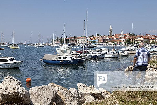 Slowenien  Istrien  Izola  Mann am Meer mit Marina