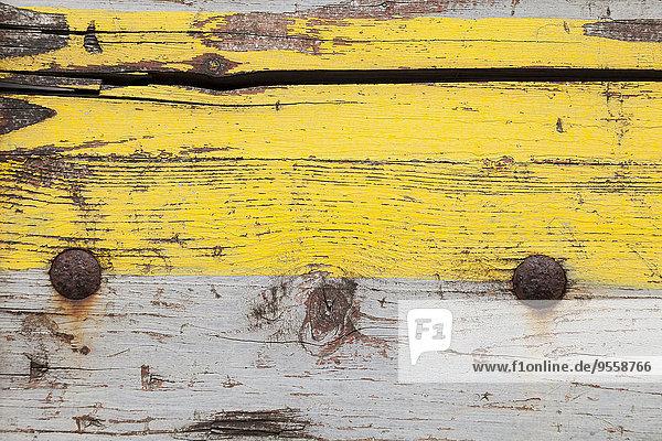 Verwittertes Holzbrett mit gelber und grauer Farbe  Nahaufnahme