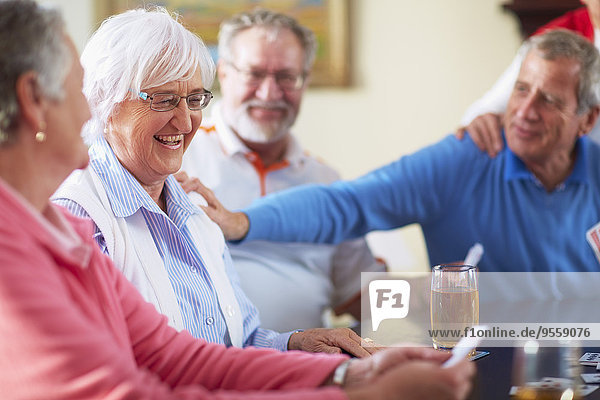 Senior Freunde spielen Karten