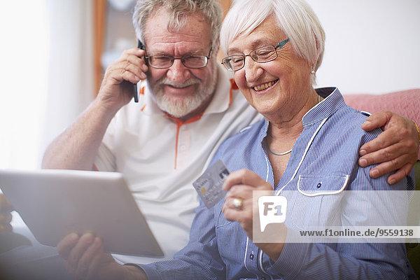 Seniorenpaar online einkaufen zu Hause