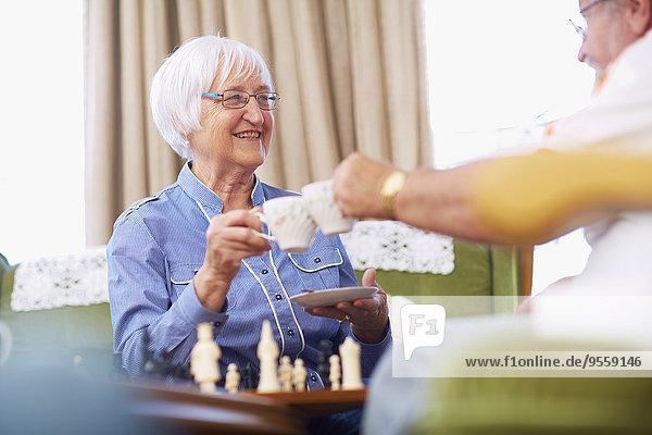 Seniorenpaar beim Schachspielen und Kaffeetrinken