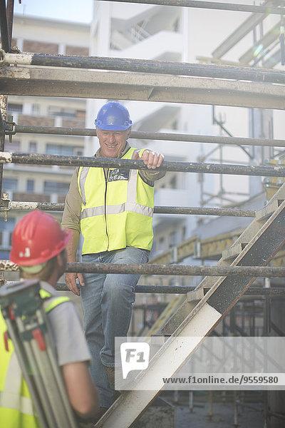 Vermesser und Bauarbeiter auf der Baustelle