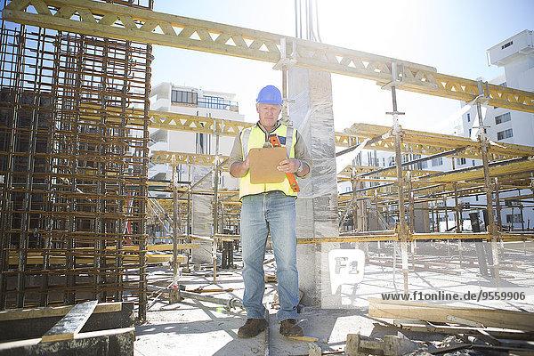 Bauarbeiter macht Notizen mit Zwischenablage