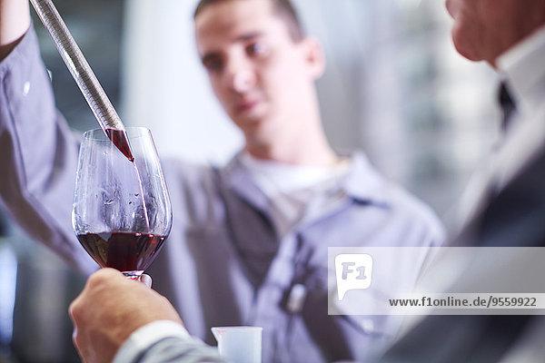 Winzer testen Weinmischung