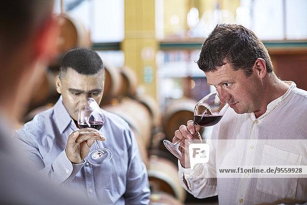 Winzer bei der Weinprobe im Weinkeller