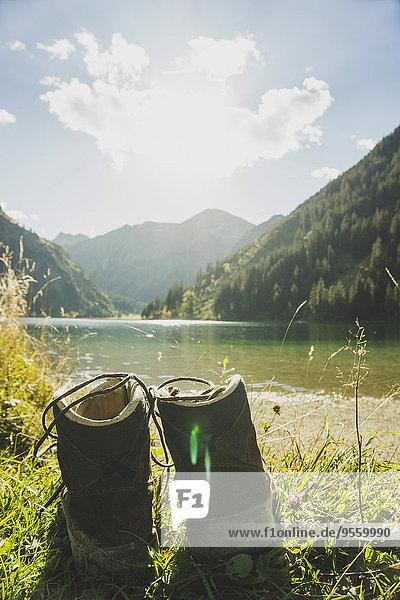 Österreich  Tirol  Tannheimer Tal  Wanderschuhe am Bergsee