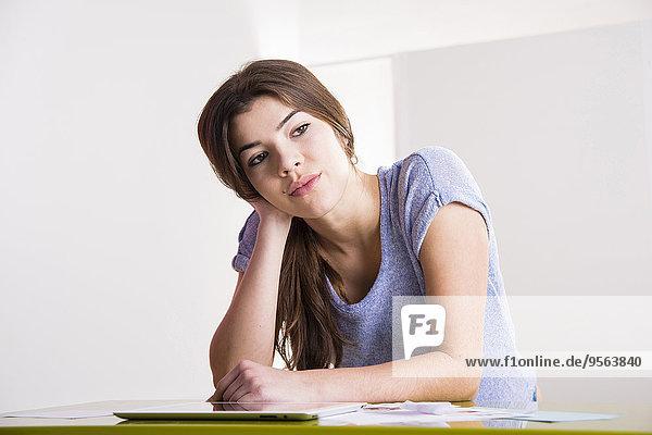 sitzend junge Frau junge Frauen Computer Schreibtisch sehen denken Büro Seitenansicht Tablet PC