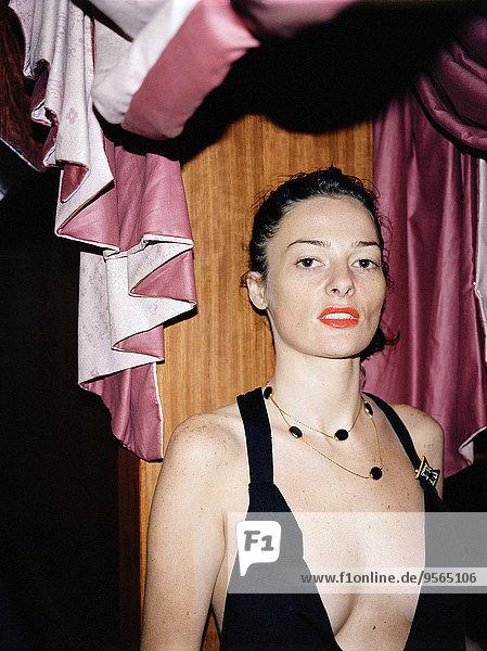 Frau im tief ausgeschnittenen Kleid