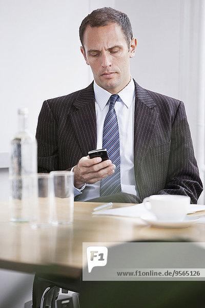 Ein Mann  der schlechte Nachrichten auf seinem Handy liest.