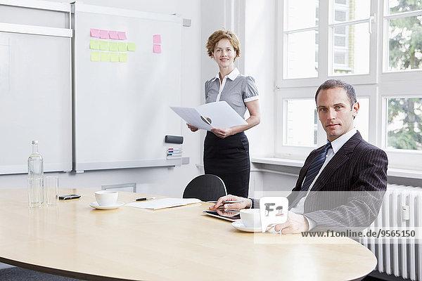 Eine Geschäftsfrau  die eine Präsentation hält.