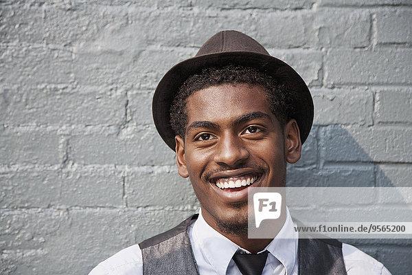 Ein fröhlicher junger schwarzer Mann