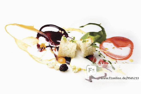 verschütten,Scheibe,weiß,Hintergrund,Kuchen,Soße,Beerenobst,Dekoration,Blechkuchen