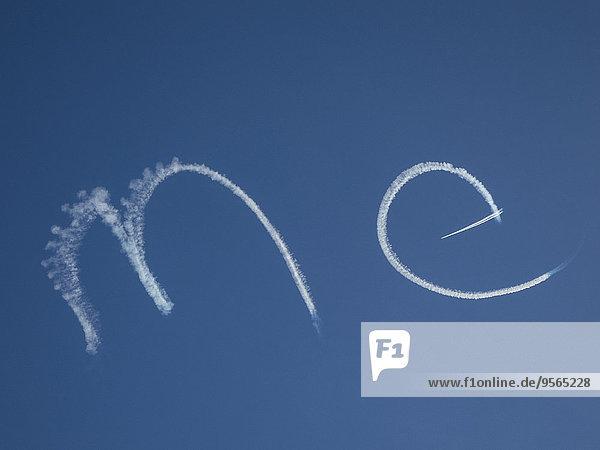 Nahaufnahme von ME geschrieben von Kondensstreifen gegen blauen Himmel
