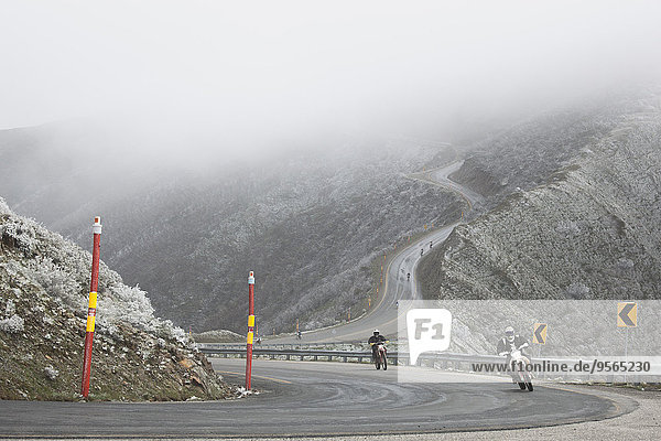 Motorradrennen auf der Bergstraße bei nebligem Wetter