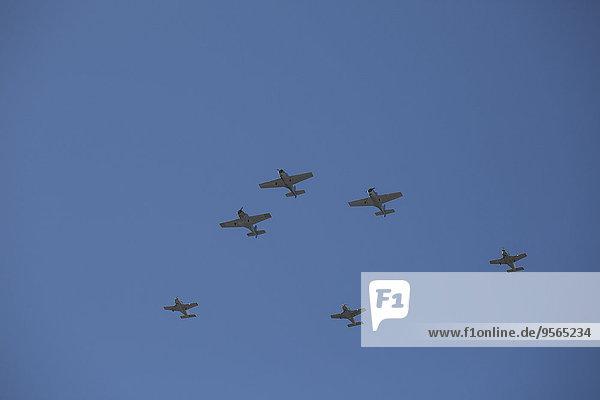 Niederwinkelansicht der Kampfflugzeuge gegen den blauen Himmel