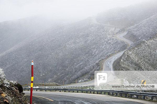 Hochwinkelansicht der Bergstraße bei nebligem Wetter