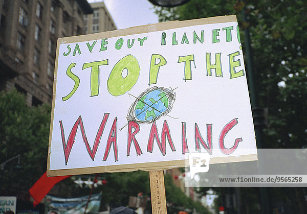 Nahaufnahme des Zeichens der globalen Erwärmung in der Stadt