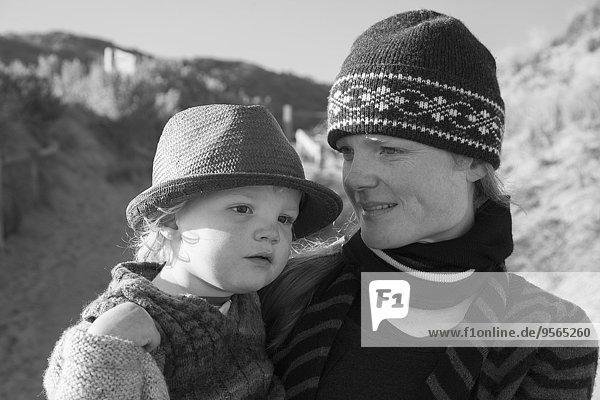 Lächelnde Frau mit Sohn im Freien