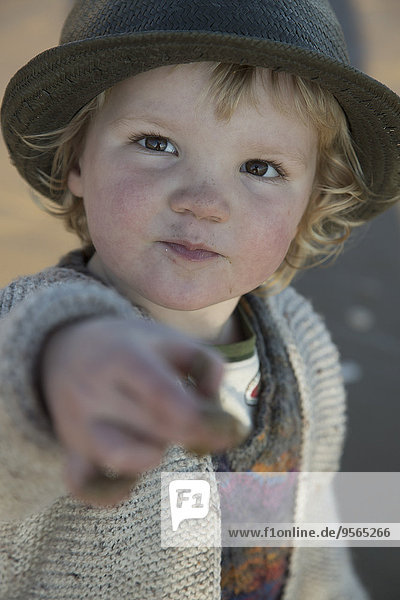 Porträt des süßen Jungen mit schmutzigen Händen im Freien