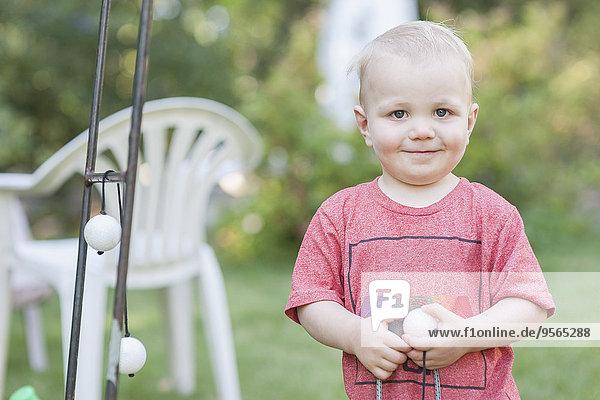 Porträt des süßen Jungen mit Spielzeug im Park