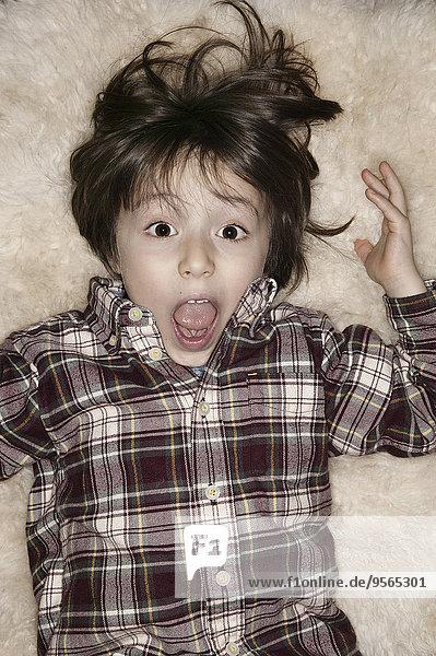 liegend,liegen,liegt,liegendes,liegender,liegende,daliegen,Portrait,Junge - Person,offen,Schock,Teppichboden,Teppich,Teppiche