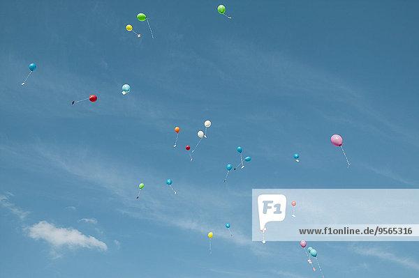 Ansicht von Luftballons mit Botschaften in der Luft gegen den Himmel