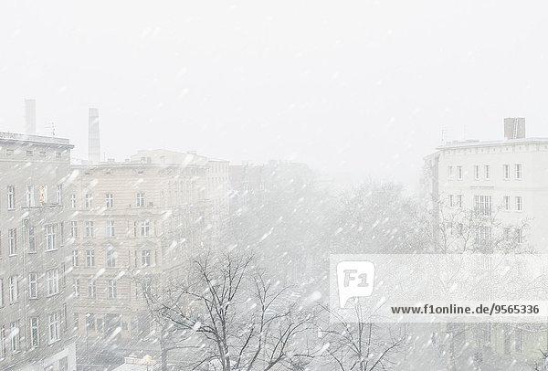 Stadt bei Schneefall gegen klaren Himmel