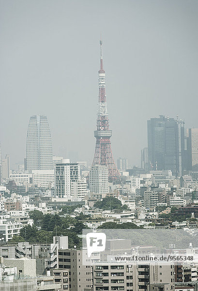 Tokyo Tower und Stadtbild gegen den klaren Himmel
