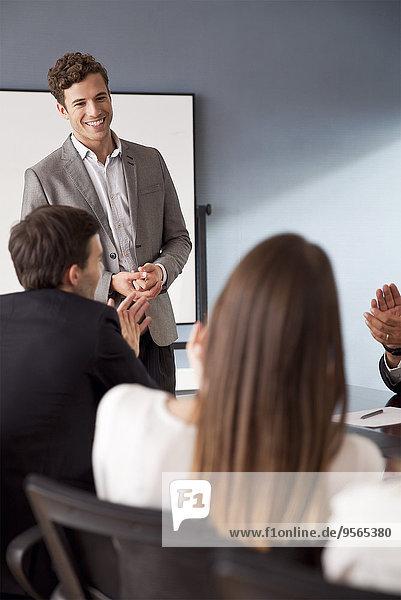 Geschäftsmann moderiert Gruppendiskussion bei Geschäftsbesprechung