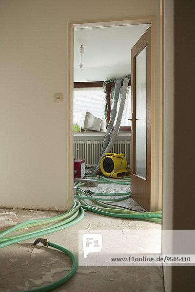 Rohre im Raum unter Renovierung