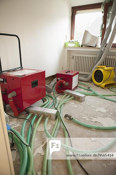 Rohre und Maschinen im Renovierungsraum