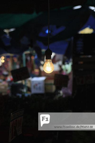 Beleuchtete Glühbirne im Raum