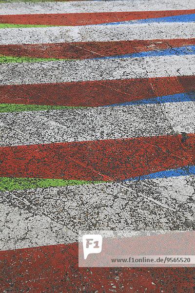 Vollbildaufnahme eines mehrfarbigen Fußgängerüberweges