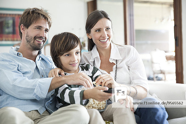 Familie beim gemeinsamen Fernsehen