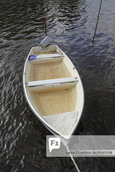 Boot gefüllt mit Wasser im See verankert