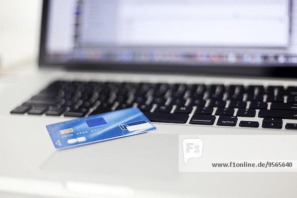 Kreditkarte  die auf dem Laptop liegt