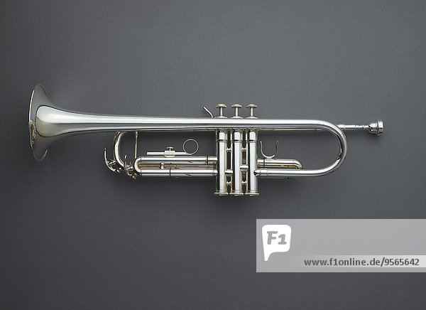 Direkt über der Trompete vor grauem Hintergrund